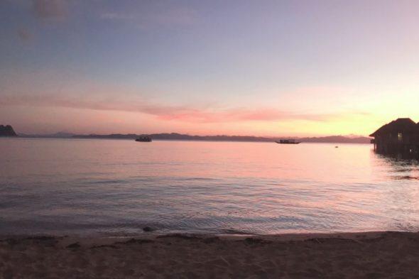 ホテルのビーチからの夕日