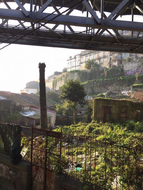 ポルトのメトロの高架下