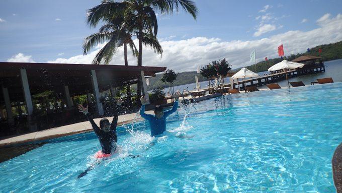 ホテルのプールにてはしゃぐ私たち 笑