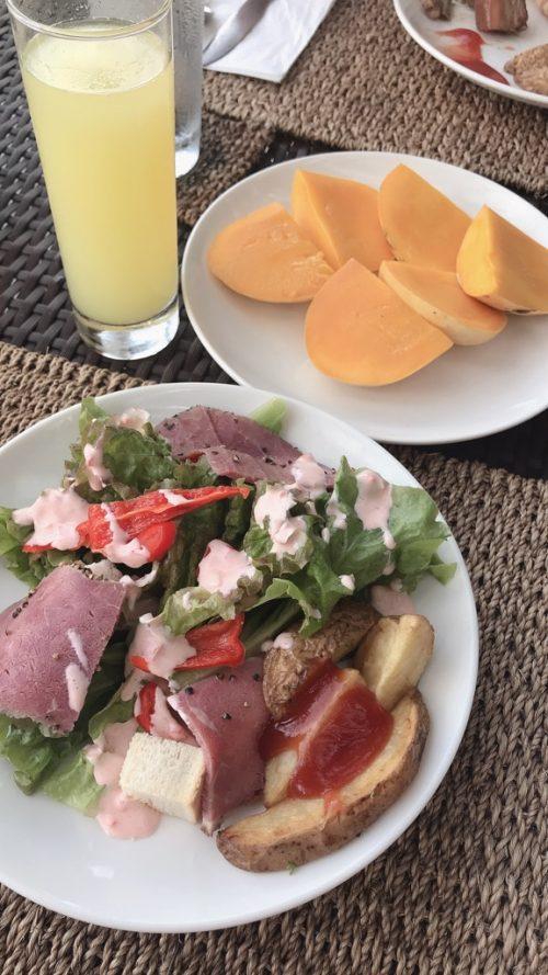 朝食の風景。パインジュース、絶品マンゴー、サラダ。