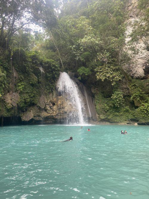 エメラルドグリーンが印象的なカワサン滝