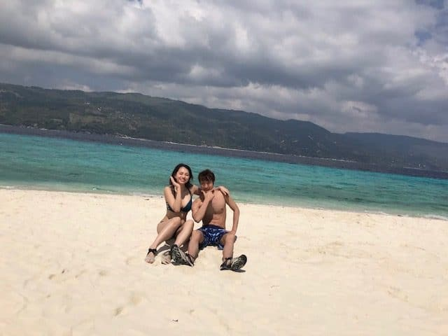 フィリピンの女の子ポーズ男の子ポーズで撮影