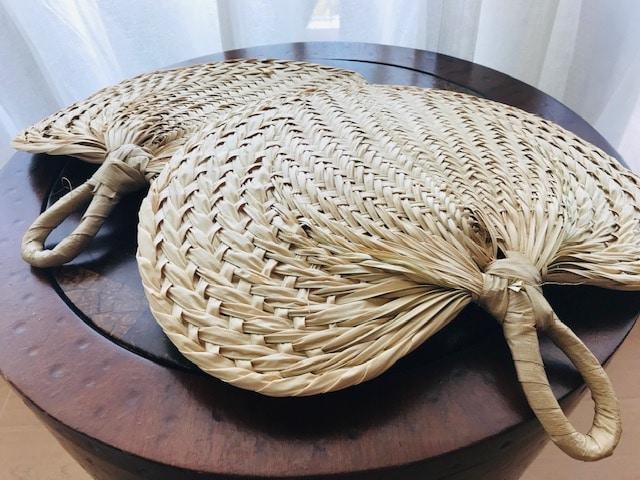 ヤシの葉で編んだ団扇