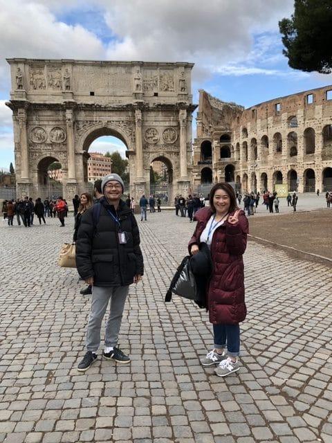 ローマ・コロッセオのそばにある「コンスタンティヌスの凱旋門」にて