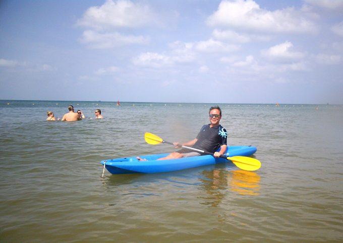 ホテルの砂浜でカヌー
