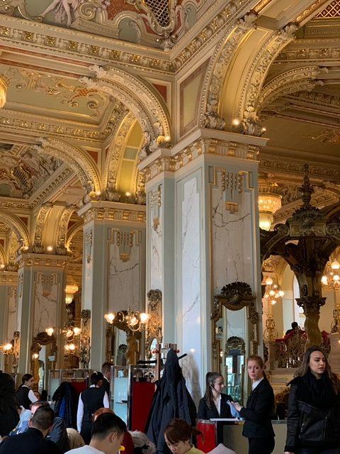 豪華絢爛な美しい内装のニューヨークカフェ