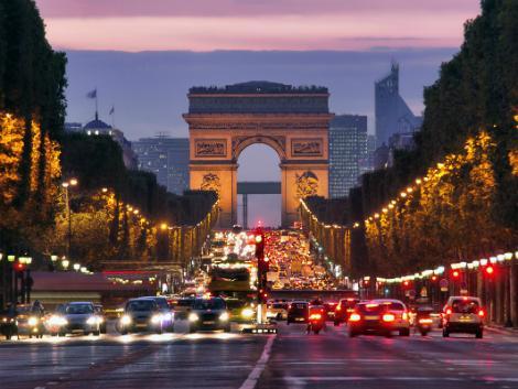 パリ:シャンゼリゼ通りからの凱旋門