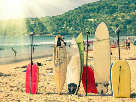 サーフボードの並ぶハワイのビーチ