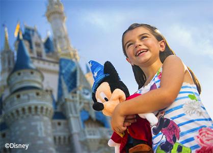 ミッキーの人形を抱く女の子(イメージ)