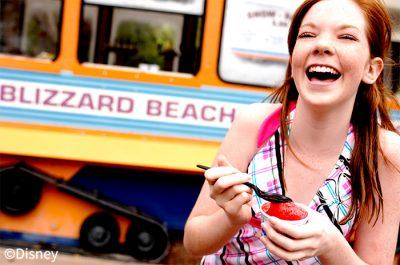 ブリザード・ビーチでアイスをたべる女性(イメージ)