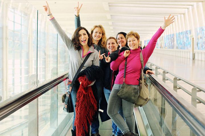空港で合流する旅仲間のイメージ