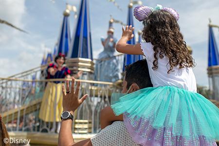 プリンセスに手を振る女の子